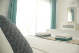Спальня. Кипр, Центр Лимассола : Апартаменты с отдельной спальней с огромной террасой прямо на берегу моря для 5-ых гостей прямо в центре Лимассола.