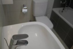 Ванная комната. Кипр, Центр Лимассола : Апартаменты с отдельной спальней с огромной террасой прямо на берегу моря для 5-ых гостей прямо в центре Лимассола.