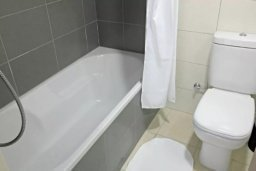 Ванная комната. Кипр, Центр Лимассола : 2-комнатная квартира прямо на берегу моря в центре Лимассола для 6-ти гостей.  Wi-Fi, бассейн на крыше, тренажерный зал и бесплатная парковка.