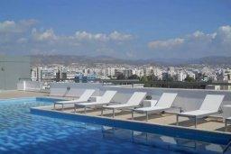 Бассейн. Кипр, Центр Лимассола : 2-комнатная квартира прямо на берегу моря в центре Лимассола для 6-ти гостей.  Wi-Fi, бассейн на крыше, тренажерный зал и бесплатная парковка.