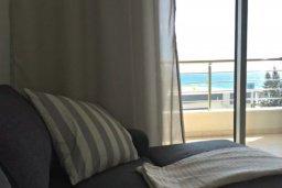 Гостиная. Кипр, Центр Лимассола : Апартаменты с отдельной спальней с прямо на берегу моря для 4-ых гостей прямо в центре Лимассола в комплексе с бассейном на крыше.