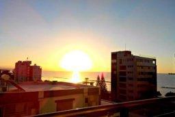 Вид на море. Кипр, Центр Лимассола : Апартаменты с отдельной спальней с прямо на берегу моря для 4-ых гостей прямо в центре Лимассола в комплексе с бассейном на крыше.