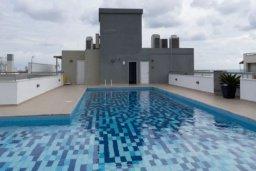 Бассейн. Кипр, Центр Лимассола : Апартаменты с отдельной спальней с прямо на берегу моря для 4-ых гостей прямо в центре Лимассола в комплексе с бассейном на крыше.