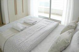 Спальня. Кипр, Центр Лимассола : 2-комнатная квартира прямо на берегу моря в центре Лимассола для 5-ти гостей.  Wi-Fi, бассейн на крыше, тренажерный зал и бесплатная парковка.