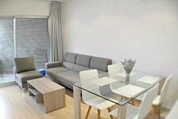 Гостиная. Кипр, Центр Лимассола : 2-комнатная квартира прямо на берегу моря в центре Лимассола для 5-ти гостей.  Wi-Fi, бассейн на крыше, тренажерный зал и бесплатная парковка.