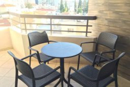 Балкон. Кипр, Центр Лимассола : 2-комнатная квартира прямо на берегу моря в центре Лимассола для 5-ти гостей.  Wi-Fi, бассейн на крыше, тренажерный зал и бесплатная парковка.
