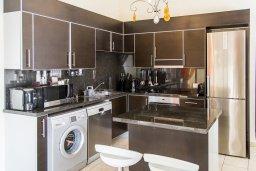 Кухня. Кипр, Декелия - Ороклини : Прекрасная вилла с бассейном и двориком в 30 метрах от пляжа, 3 спальни, 2 ванные комнаты, патио, барбекю, парковка, Wi-Fi