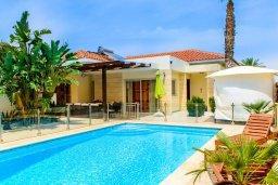 Фасад дома. Кипр, Декелия - Ороклини : Прекрасная вилла с бассейном и двориком в 30 метрах от пляжа, 3 спальни, 2 ванные комнаты, патио, барбекю, парковка, Wi-Fi