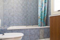 Ванная комната. Кипр, Декелия - Ороклини : Прекрасная вилла с бассейном в 115 метрах от пляжа, 4 спальни, 3 ванные комнаты, барбекю, парковка, Wi-Fi