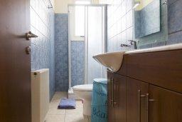 Ванная комната 2. Кипр, Декелия - Ороклини : Прекрасная вилла с бассейном в 115 метрах от пляжа, 4 спальни, 3 ванные комнаты, барбекю, парковка, Wi-Fi