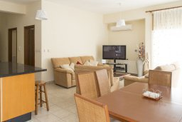 Гостиная. Кипр, Декелия - Ороклини : Прекрасная вилла с бассейном в 115 метрах от пляжа, 4 спальни, 3 ванные комнаты, барбекю, парковка, Wi-Fi