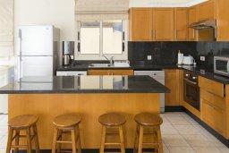 Кухня. Кипр, Декелия - Ороклини : Прекрасная вилла с бассейном в 115 метрах от пляжа, 4 спальни, 3 ванные комнаты, барбекю, парковка, Wi-Fi