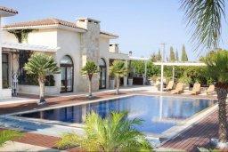 Фасад дома. Кипр, Мазотос : Роскошная вилла с большим бассейном и зеленой территорией, 4 спальни, 5 ванных комнат, джакузи, домашний кинотеатр, кабинет, барбекю, детская площадка, парковка, Wi-Fi
