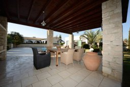 Патио. Кипр, Перволия : Шикарная вилла с большим бассейном и зеленой территорией, 5 спален, 3 ванные комнаты, парковка, Wi-Fi
