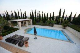 Бассейн. Кипр, Перволия : Шикарная вилла с большим бассейном и зеленой территорией, 5 спален, 3 ванные комнаты, парковка, Wi-Fi