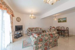 Гостиная. Кипр, Айос Тихонас Лимассол : Уютная вилла с 3-мя спальнями для 7-ми гостей в Лимассоле с барбекю и садом в 5-х минутах ходьбы от пляжа для семейного отдыха