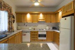 Кухня. Кипр, Айос Тихонас Лимассол : Уютная вилла с 3-мя спальнями для 7-ми гостей в Лимассоле с барбекю и садом в 5-х минутах ходьбы от пляжа для семейного отдыха