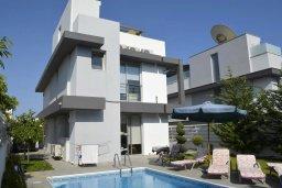 Кипр, Св. Рафаэль Лимассол : Современная вилла в стиле Hi-Tech с 4-мя отдельными спальнями для 8-ми гостей в престижном районе Лимассола.