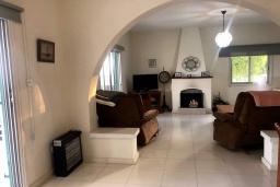 Гостиная. Кипр, Эпископи : Деревенская вилла с 3-м спальнями на 7 человек с прекрасным видом на полуостров Акротири.