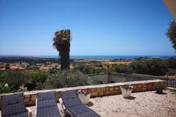 Терраса. Кипр, Эпископи : Деревенская вилла с 3-м спальнями на 7 человек с прекрасным видом на полуостров Акротири.