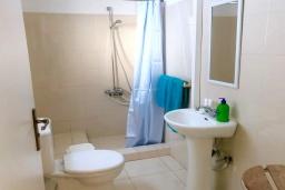 Ванная комната. Кипр, Эпископи : Деревенская вилла с 3-м спальнями на 7 человек с прекрасным видом на полуостров Акротири.