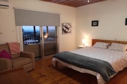 Спальня. Кипр, Эпископи : Деревенская вилла с 3-м спальнями на 7 человек с прекрасным видом на полуостров Акротири.