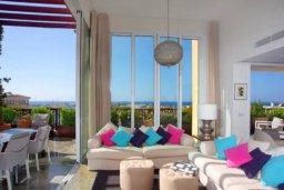 Патио. Кипр, Центр Лимассола : Роскошная удивительная квартира в Лимассоле с барной стойкой на крыше с 360-градусным видом на океан, город и горы, 3-мя спальнями для 6-ти гостей в комплексе с бассейном и зеленым садом