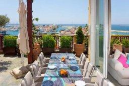 Обеденная зона. Кипр, Центр Лимассола : Роскошная удивительная квартира в Лимассоле с барной стойкой на крыше с 360-градусным видом на океан, город и горы, 3-мя спальнями для 6-ти гостей в комплексе с бассейном и зеленым садом