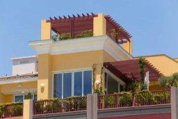 Фасад дома. Кипр, Центр Лимассола : Роскошная удивительная квартира в Лимассоле с барной стойкой на крыше с 360-градусным видом на океан, город и горы, 3-мя спальнями для 6-ти гостей в комплексе с бассейном и зеленым садом