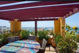 Терраса. Кипр, Центр Лимассола : Роскошная удивительная квартира в Лимассоле с барной стойкой на крыше с 360-градусным видом на океан, город и горы, 3-мя спальнями для 6-ти гостей в комплексе с бассейном и зеленым садом