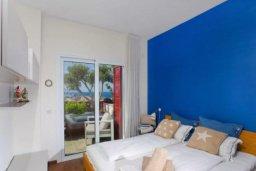 Спальня. Кипр, Центр Лимассола : Роскошная удивительная квартира в Лимассоле с барной стойкой на крыше с 360-градусным видом на океан, город и горы, 3-мя спальнями для 6-ти гостей в комплексе с бассейном и зеленым садом