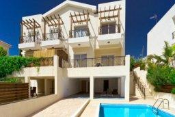 Фасад дома. Кипр, Св. Рафаэль Лимассол : Очаровательная вилла на берегу моря, с 3-мя спальнями, с бассейном, патио и общим теннисным кортом