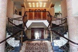 Лестница наверх. Кипр, Айос Тихонас Лимассол : Величественная вилла класса люкс с 7 спальнями, с бассейном, панорамным видом на море и зелёным садом, расположена в Лимассоле