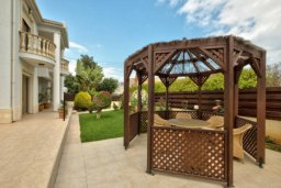 Патио. Кипр, Айос Тихонас Лимассол : Роскошная вилла с 4-мя спальнями, с бассейном, зелёным садом, беседкой с патио и барбекю