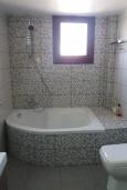 Ванная комната. Кипр, Эпископи : Роскошная вилла с 7-мя спальнями, с собственным бассейном и зелёным садом, расположена в Лимассоле для 14-ти гостей