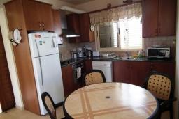 Кухня. Кипр, Перволия : Прекрасная вилла с 3 спальнями с для 6-ти гостей с общим бассейном и двориком