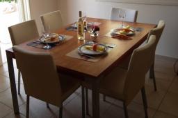 Обеденная зона. Кипр, Перволия : Прекрасная вилла с 3 спальнями с для 6-ти гостей с общим бассейном и двориком