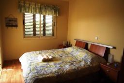 Спальня. Кипр, Перволия : Прекрасная вилла с 3 спальнями с для 6-ти гостей с общим бассейном и двориком