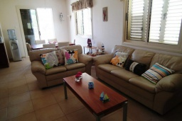 Гостиная. Кипр, Перволия : Прекрасная вилла с 3 спальнями с для 6-ти гостей с общим бассейном и двориком