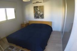 Спальня. Кипр, Перволия : Прекрасная вилла с 2 спальнями с для 5-ти гостей с общим бассейном и двориком