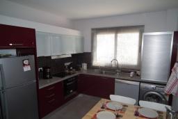 Кухня. Кипр, Перволия : Прекрасная вилла с 2 спальнями с для 5-ти гостей с общим бассейном и двориком