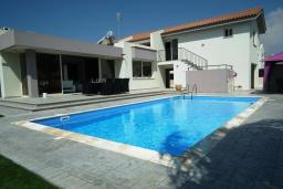 Вид на виллу/дом снаружи. Кипр, Перволия : Очаровательная вилла с 4-мя спальнями, с бассейном и зелёным садом, расположена в Ларнаке для 8-ми гостей