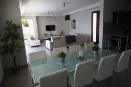 Обеденная зона. Кипр, Перволия : Очаровательная вилла с 4-мя спальнями, с бассейном и зелёным садом, расположена в Ларнаке для 8-ми гостей