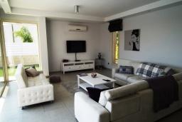 Гостиная. Кипр, Перволия : Очаровательная вилла с 4-мя спальнями, с бассейном и зелёным садом, расположена в Ларнаке для 8-ми гостей