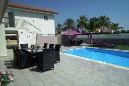 Бассейн. Кипр, Перволия : Очаровательная вилла с 4-мя спальнями, с бассейном и зелёным садом, расположена в Ларнаке для 8-ми гостей