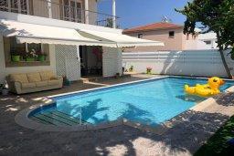 Бассейн. Кипр, Ларнака город : Прекрасная вилла с 4-мя спальнями, с бассейном и зелёным садом, расположена в Ларнаке для 9-ти гостей