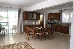 Кухня. Кипр, Ларнака город : Прекрасная вилла с 4-мя спальнями, с бассейном и зелёным садом, расположена в Ларнаке для 9-ти гостей