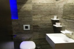 Ванная комната. Кипр, Дасуди Лимассол : Роскошная 3-спальная квартира типа люкс в закрытом комплексе. у эвкалиптового парка и центрального пляжа Дасуди Бич в Лимассоле.