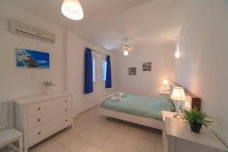 Спальня. Кипр, Хлорака : Потрясающая вилла с видом на Средиземное море, с 4-мя спальнями, расположена в комплексе с бассейном в 50 метрах от моря