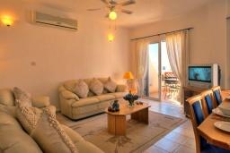 Гостиная. Кипр, Хлорака : Потрясающая вилла с видом на Средиземное море, с 4-мя спальнями, расположена в комплексе с бассейном в 50 метрах от моря